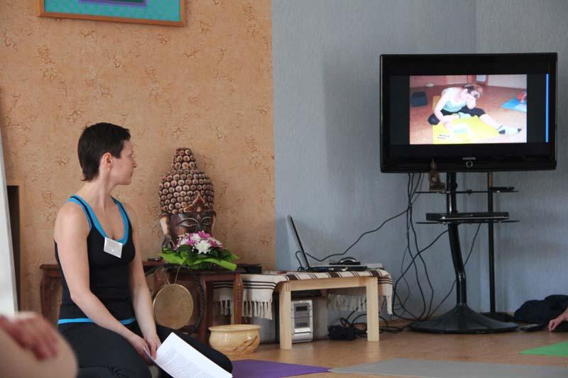 """Мария Сутыгина выступает с докладом """"Йога и беременность. Классическая йога Патанджали в помощь естественным родам"""""""