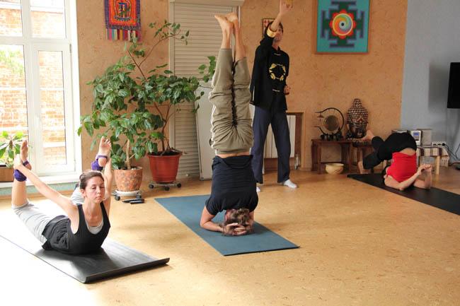 """Преподаватели НОУ """"Традиция"""" демонстрируют комплексы упражнений из классической йоги и цигун"""