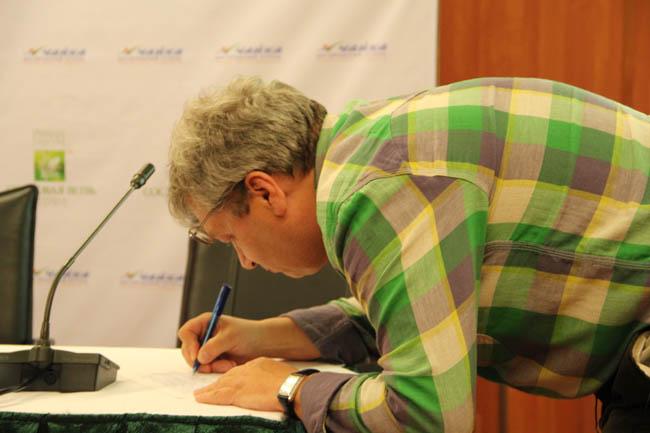 Председатель экспертного совета премии А.В. Беляев ставит свою подпись против подъема уровня Чебоксарского водохранилища