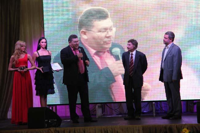 """В.В.Соколов вручает премию творческой группе видеожурнала """"Строй!"""""""