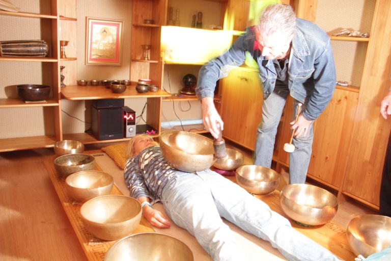 Главный редактор Yoga Journal испытывает на себе магическое действие действие тибетских поющих чаш